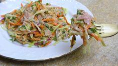 Vynikajúci recept na studený šalát s tuniakom a jogurtovou zálievkou, ktorý ma asi nikdy neomrzí. Ideálny ľahký a rýchly letný obed podľa youtube.Potrebujeme:1/5 kapusty nakrájanej nadrobno1 mrkva1 malá cibuľazväzok petržlenu200 g konzervovaného tuniakaZálievka:150 g bieleho … Easy Tuna Salad, Salad Recipes, Healthy Recipes, Appetizer Salads, Healthy Choices, Love Food, Food And Drink, Veggies, Tasty