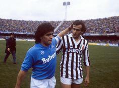 Diego Maradona con Michel Platini en sus respectivos equipos italianos Napoli y Juventus.
