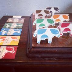 牛の体を開くと部位のイラストが描いてある、ミニメッセージカードです。同系色のミニ封筒付き。赤・黄・青・緑・茶・黒の6色のなかから、「赤と青」など、お好きな2色...|ハンドメイド、手作り、手仕事品の通販・販売・購入ならCreema。
