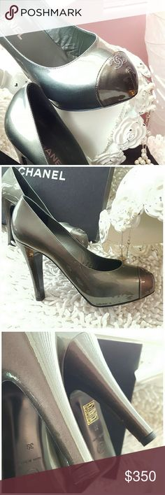 """🌟New Arrival🌟 CHANEL PRICE FIRM GORGEOUS VERSATILE METALLIC PATENT LEATHER PUMPS ROUND TOP PUMPS BRONZE CAP-TOE WITH SIGNATURE 'CC' STITCHING ACCENTS AND COVERED HEELS. INCLUDES BOX & DUST COVER. LIGHT WEAR ON SOLES SMALL SCUFFS ON HEELS NOT VISIBLE WHEN WEARING.. HEEL HEIGHT 4.25"""" WEARS LIKE A 31/2"""" HEEL COLOR IS METALLIC BRONZE AND DEEP GUNMETAL CHANEL 1/2 Size SMALLER 39=US 8 CHANEL Shoes"""