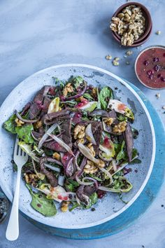 Reinsdyrskav er anvendelig til mer enn finnbiff! Her har vi laget en nydelig salat med reinsdyrskav, valnøtter og linser, med en syrlig tyttebærvinaigrette som prikken over i'en. Kos, Sprouts, Vegetables, Veggies, Veggie Food, Brussels Sprouts, Vegetable Recipes, Blackbird, Cabbage