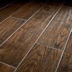 Man kann verschiedene Holzarten, Nuancen, Maserungen einer Holzverkleidung gestalterisch in Szene setzen. Die Holzfliesen oder Holzpaneele können, müsse