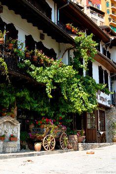 The beautiful city of Veliko Tarnovo, former capital of Bulgaria (by Bai Lazo).