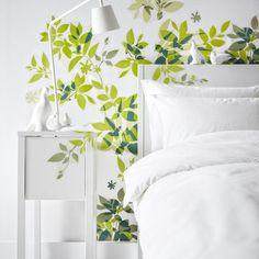 On aime ce sticker de feuille qui donne l'impression d'un jardin dans la chambre.  Sticker ELSABO, 12,95 euros. Ikea.