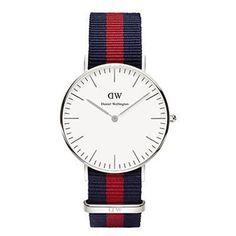 La gamma Classic by Daniel Wellington è una serie di orologi sobri. Il modello 36 mm 0601DW Oxford presenta una cassa argento e un cintruino NATO intercambiabile blu scuro e rosso.
