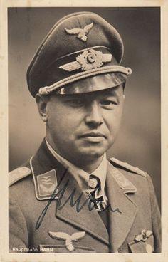 """Major Hans """"Assi"""" Hahn (14 abril 1914 hasta 18 diciembre 1982) fue un as de la Luftwaffe con 108 victorias y un destinatario de la Cruz de la Cruz de Hierro con Hojas de Roble de Caballero.  Derribado y capturado por las fuerzas soviéticas en 1943, él seguía siendo un prisionero de guerra hasta 1950. Tras su liberación, Hahn se convirtió en un exitoso hombre de negocios antes de retirarse al sur de Francia.  Las memorias de Hahn """"Me dicen la verdad"""" contó su servicio militar y vida detallada…"""
