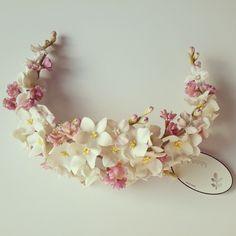 Delicada y sutil, esta corona trasera de flores silvestres me encanta!