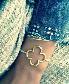 Looking for an idea for a gift to a friend? Try the openwork cloverleaf for the hand by Lilou: a bracelet to wish luck! #lilou #bracelet #cloverleaf #whish #luck #gift