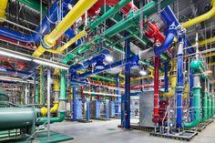 Tuberías. Estas tuberías de colores son las responsables de transportar el agua hacia dentro y hacia fuera del centro de datos. Las azules llevan el agua fría y las rojas el agua calentada por las máquinas de vuelta para ser refrigerada de nuevo.