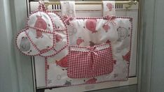 30 Estupendas ideas para decorar la puerta del horno - Dale Detalles Sewing Projects, Projects To Try, Pot Holders, Diaper Bag, Diy And Crafts, Sewing Patterns, Quilts, Cover, Ideas