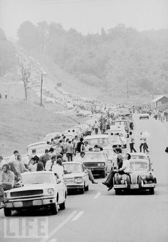 Going to Woodstock. 1969 I was 19 and worked in Manhattan I wanted to go to Woodstock so bad. I did see the movie in Woodstock Music, Woodstock Festival, 1969 Woodstock, Woodstock Photos, Woodstock Hippies, Old Photos, Vintage Photos, Iconic Photos, Make Love
