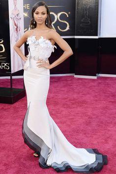 """Oscar 2013: """"Zoe Saldana, con la melena suelta, innova con este vestido ombré de Alexis Mabille con apliques de flores bordadas en el escote."""""""