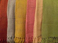 Xale para sofá em crochê produzido em fio de algodão. Lindos! Em nossa loja virtual  www.sacariasantoandre.com.br