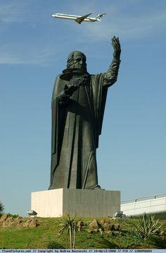 the statue of Leonardo da Vinci airport of Rome Fiumicino