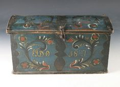 Rosemalt kisteskrin med blå bunnfarge, eierinitialer og dat. 1827. L: 43 cm. Prisantydning: ( 5000 - 6000) Solgt for: 5200.  Ryfylke or Agder????