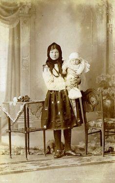 www.dolin.estranky.cz - Fotoalbum - FOTO HISTORIE HRUŠEK - KROJE, OBLEČENÍ Art Patterns, Pattern Art, European Countries, Vintage Pictures, Czech Republic, Folklore, Hipster, Textiles, Culture