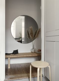 The designer of this small apartment in Stockholm decided to transform a monochromatic white space with color accents and light wood elements. This ✌Pufikhomes - source of home inspiration Modern Interior Design, Home Design, Small Space Living, Living Spaces, Decor Scandinavian, Farrow Ball, Hallway Decorating, Small Apartments, Apartment Living