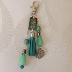 Bijoux de sac ou porte clef, résine, perles et pompon ton vert canard