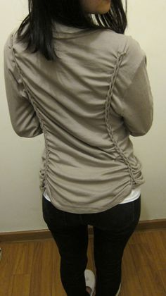 DIY Clothes Refashion: T- Shirt Braiding DIY What an easy way to take in a shirt AND refashion it Diy Clothing, Sewing Clothes, Clothes Refashion, Shirt Refashion, Redo Clothes, Recycled Clothing, Recycled Fashion, Jeans Et T-shirt, Sewing Hacks