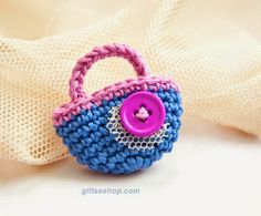 Lana creations: Crochet Brooch Free Pattern Little Bag Crochet Flower Patterns, Crochet Designs, Crochet Flowers, Knitting Patterns, Crochet Cross, Love Crochet, Crochet Gifts, Crochet Shell Stitch, Crochet Motif