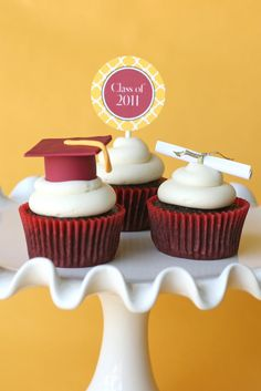 Graduation Cupcakes {and How To Make Fondant Graduation Caps} » Glorious Treats with great way to get the School Colors on the Food Table!
