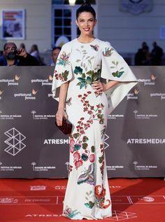 Juana Acosta con vestido capa en blanco con motivos florales de Andrew Gn. Festival de Cine de Málaga 2016 #alfombraroja #redcarpet