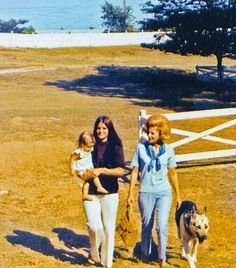 Priscilla with Lisa Marie and her mom at Graceland. Elvis Presley House, Graceland Elvis, Elvis Presley Family, Elvis Presley Photos, Elvis And Priscilla, Lisa Marie Presley, Priscilla Presley, Michael Hutchence, Mode Editorials