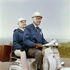 Achterop de scooter (jaren 50) kijk die helmen! Ik had er zo een met ruitjesstof