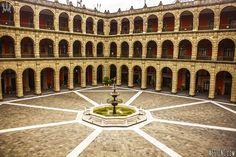 Este es el Antiguo Colegio de San Ildefonso.