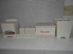 Kit bebe, composto com porta fraldas, kit higiene, farmacinha, lixeira, podendo acompanhar também abajur, decorados com tecido