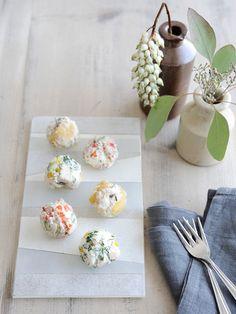 Recipe:3種のチーズボール/クリームチーズ、カッテージチーズ、フェタチーズ。3種のチーズをベースに、それぞれ具材を混ぜ合わせて丸めた、おしゃれなチーズおつまみ。 #レシピ #elleatable