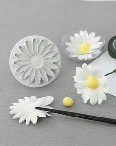 How to make a natural looking fondant daisy. - - How to make a natural looking fondant daisy. How to make a natural looking fondant daisy. Sugar Paste Flowers, Icing Flowers, Fondant Flowers, Clay Flowers, Fondant Icing, Fondant Cakes, Cupcake Cakes, Car Cakes, Daisy Cupcakes
