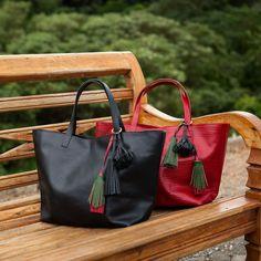 Bolsa Esmeralda nas cores preta e vermelha, ambas com textura anaconda, lindas! Dervish Bags, conheça: www.dervishbags.com.br
