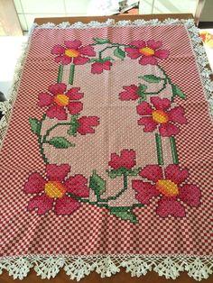 Toalha de mesa bordada em tecido xadrez vermelho, com bico de crochê.