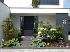 Dieses Einfamilienhaus findet die perfekte Balance zwischen modernem Design und warmer Gemütlichkeit.