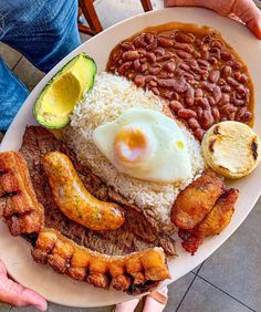 Bandeja Paisa (Colombian Food) via FoodPorn on September 19 2019 at Traditional Colombian Food, Columbian Recipes, Mexican Food Recipes, Dinner Recipes, Good Food, Yummy Food, Tasty, Comida Latina, Cooking Recipes