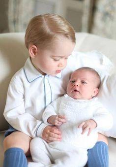 Família real britânica divulga primeira foto do príncipe George com a irmã Charlotte - Entretenimento - R7 Famosos e TV