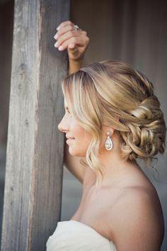 Découvrez quelles boucles d'oreilles avec robe bustier porter et comment faire le bon choix du bijou qui ira le mieux avec une robe en bustier pour mariage.