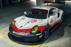 Porsche 911 RSR Porsche will tackle the 2017 racing season with an all-out newly developed GT racer. The new Porsche 911 RSR makes full use of the. Porsche 911 Cabriolet, Porsche 911 Targa, Carros Porsche, Porsche Autos, Porsche Motorsport, Porsche 2017, Gt Cars, Race Cars, Custom Cars