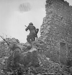 New Zealand soldiers fighting in the Italian city of Cassino, 1944