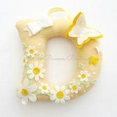 Daisy felt letter by The Banner Boutique - New Deko Sites Felt Wreath, Felt Garland, Felt Ornaments, Baby Crafts, Felt Crafts, Diy And Crafts, Arts And Crafts, Felt Banner, Felt Letters