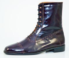 (Low) Boots: Boots oder auch Stiefeletten kamen in England um 1840 auf. Sie schützen den Fuß vor den äußeren Einflüssen und reichen im allgemeinen 5 bis 10 Zentimeter über den Knöchel. Stiefeletten gibt es mit Oxford- oder Derby-Schnürung sowie als Semi- oder Full-Brogue. Boots werden zu den selben Anlässen wie klassische Halbschuhe getragen | Vickermann & Stoya Maßschuhe - Schuhmacher, Schuhreparaturen, Schuhmanufaktur