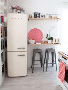 einrichtungsideen kleine kueche retro design smeg kühlschrank weiß