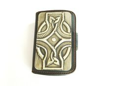 A pewter repousse modern design on this leather wallet case for your Blackberry Curve 8520 or 9300.