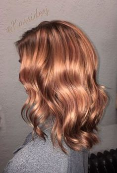 Rose gold hair is ALL the rage right now, and we can definitely see why. Anyone can pull off this surprisingly versatile (and ridiculously gorgeous) hair color trend. Take a peep at our favorite rose gold hair ideas picked just for you! Gold Hair Colors, Red Hair Color, Cool Hair Color, Brown Hair Colors, Color Red, Cabelo Rose Gold, Strawberry Blonde Hair, Brown Blonde Hair, Blonde Wig