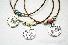 Colgantes con medallón de zamak bañado en plata. www.unlugarenelmundobypaula.com