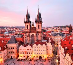 Place de la Vieille Ville avec l'église de Notre-Dame en face de Týn, Prague, Tchéquie