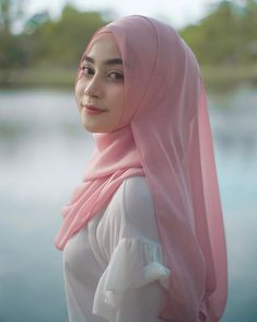 Saving Money On Exercise - I'm a girl writing an article. Beautiful Muslim Women, Beautiful Hijab, Beautiful Asian Girls, Arab Girls Hijab, Muslim Girls, Hijabi Girl, Girl Hijab, Moslem, Muslim Beauty