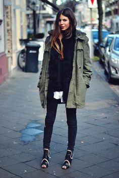 Green parka for a fashionable street style Mode Chic, Mode Style, Fashion Moda, Look Fashion, Fashion Black, Petite Fashion, French Fashion, Ladies Fashion, Fall Winter Outfits