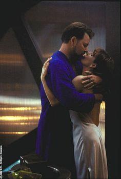 Jonathan Frakes and Marina Sirtis in Star Trek: Nemesis Marina Sirtis, Star Trek Characters, Star Trek Movies, Star Wars, Star Trek Tos, Vaisseau Star Trek, Jonathan Frakes, Deanna Troi, Star Trek Images